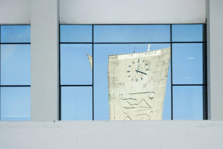 Reflexo distorcido da Praça do Relógio da USP, na Cidade Universitária, em SP