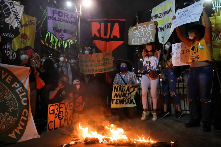 Manifestantes queimam um boneco representando o presidente Jair Bolsonaro