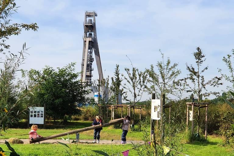 Crianças brincam em parque construído onde antes funcionava a mina Ewald-Hugo, em Gelsenkirchen, na Alemanha