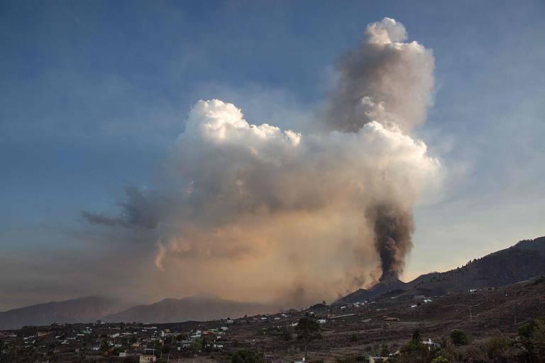 imagem mostra o vulcão expelindo fumaça cinza no céu azul