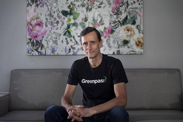 João Cumerlato, um dos fundadores da ConectCar, e que criou a Greenpass, sentado em um sofá, com um quadro ao fundo
