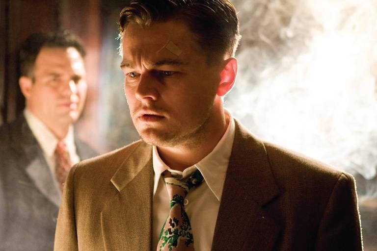 Os atores Mark Ruffalo (no fundo) e Leonardo DiCaprio, em cena do longa-metragem 'Ilha do Medo', de Martin Scorsese