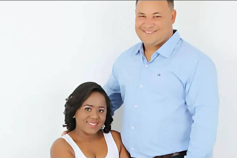 O casal Dione, de pé e camisa azul, e Amanda, sentada de blusa branca