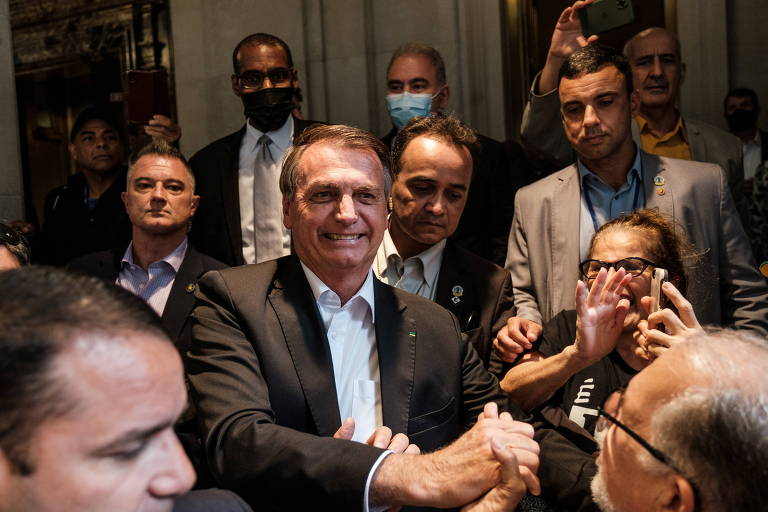 Presidente Jair Bolsonaro cumprimenta apoiadores em Nova York