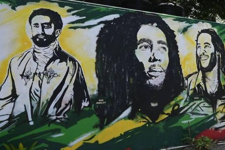 mural de grafite mostra bob marley e haile selassie