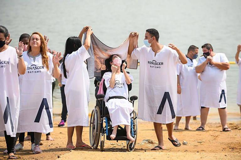Batismo coletivo da Igreja Renascer em Cristo