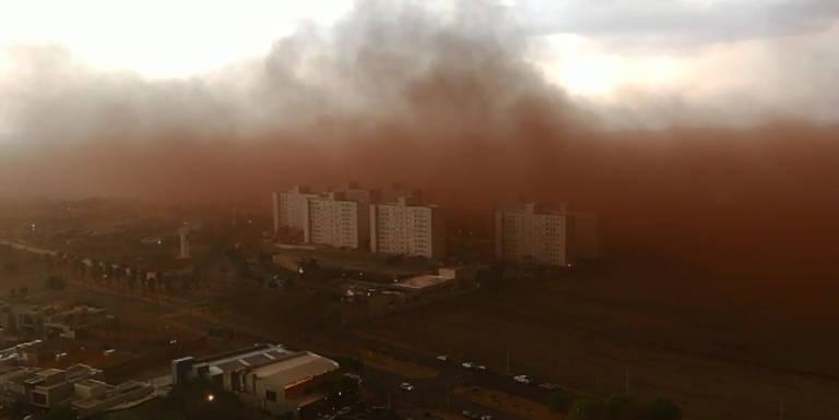 Após tempestade de poeira, moradores de Franca lavam calçadas apesar do racionamento de água
