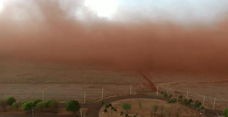 Tempestade de poeira arrasta avião em Ribeirão Preto; veja vídeo