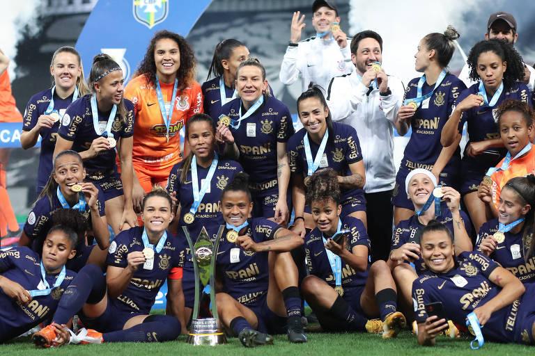 Time do Corinthians de futebol feminino conquista o troféu do Campeonato Brasileiro