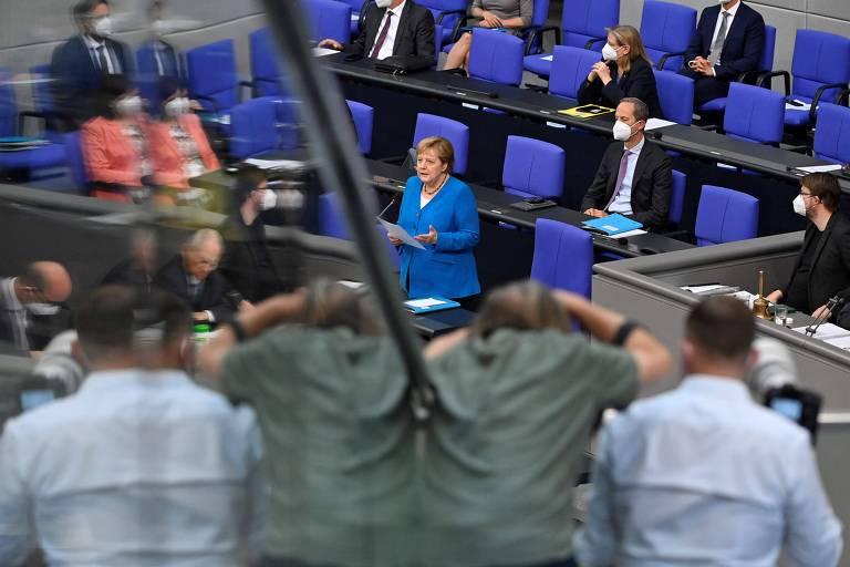 A primeira-ministra da Alemanha, Angela Merkel (de azul turquesa), em discurso no Bundestag, a Câmara dos Deputados do país