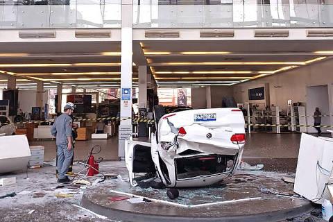 SAO PAULO, SP, 27-9-2021  -  Um carro caiu do terceiro andar de uma concessionária na avenida Rio Branco, em Santa Cecília, e feriu ao menos três pessoas, segundo o Corpo de Bombeiros. Uma delas teve de ser socorrida pelo helicóptero Águia. (Foto:Divulgação/Corpo de Bombeiros)
