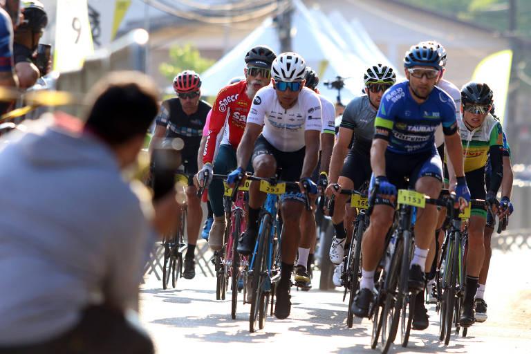 Ciclistas disputam posições no pelotão na prova L'Etapa Brasil