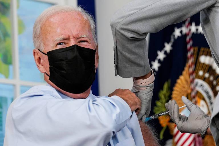 Biden recebe terceira dose da vacina e rejeita críticas a pouca ajuda dos EUA