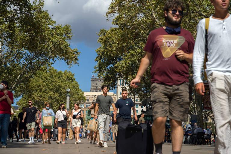 Multidão caminha em na rua de Las Ramblas, em Barcelona
