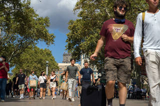 Tourists stroll along Las Ramblas, the popular street in the heart of Barcelona, on Sept. 17, 2021. (Samuel Aranda/The New York Times)