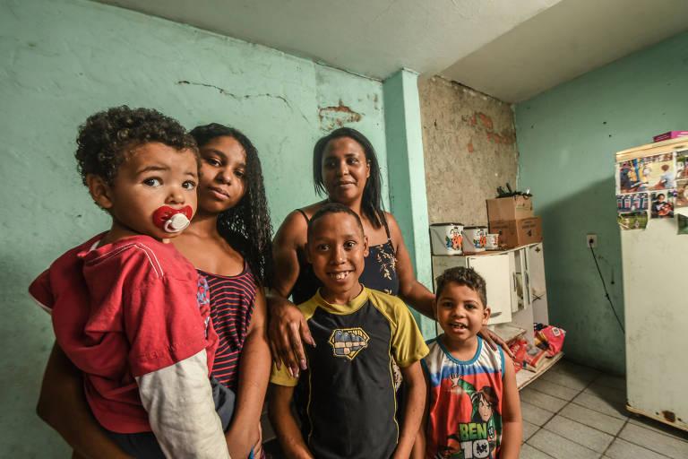 Renata de Jesus Paulo, mãe de quatro filhos, beneficiária do Bolsa Família desde 2011. Renata mora com sua filha mais velha Aline e os três  filhos mais novos Jonas ( camiseta azul e branca) , Gabriel (camiseta amarela)  e Pedro ( chupeta) no Jardim Elisa-Maria (Brasilândia)