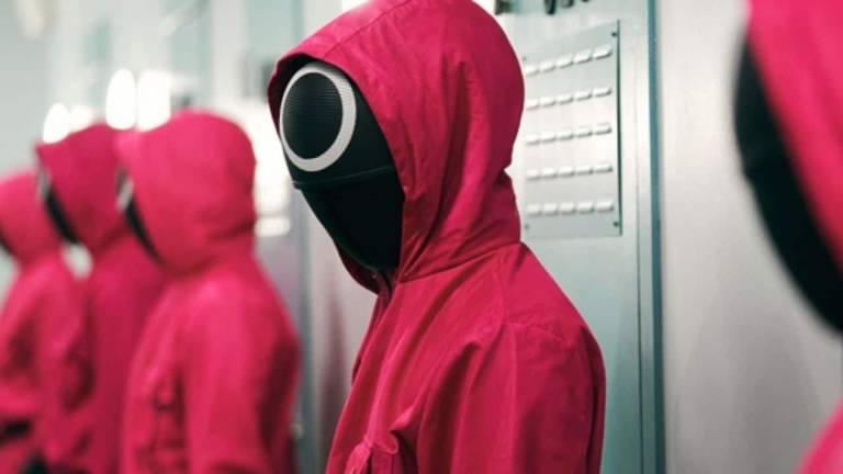 Pessoas em fila de com capuz vermelho