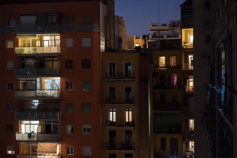 Prédios residenciais em Barcelona com a luz acesa à noite