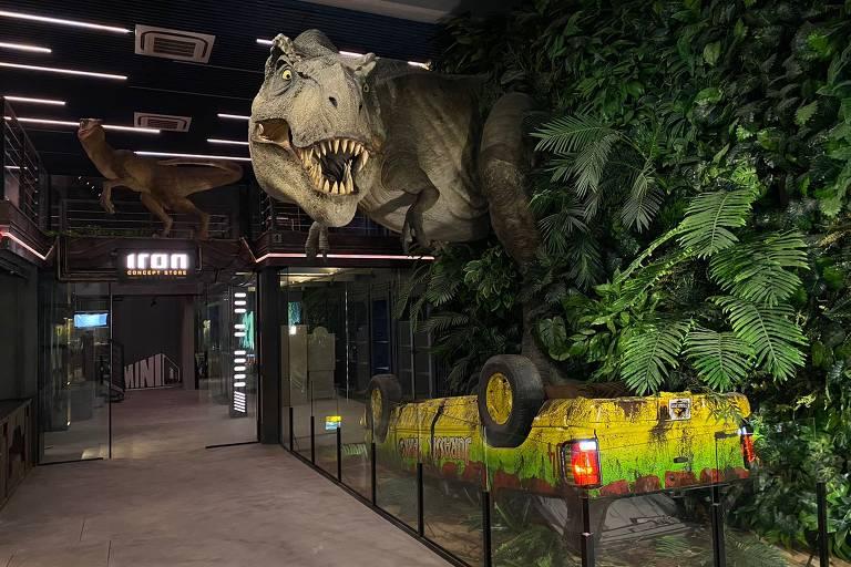 O ambiente do Jurassic Park Burger Restaurant tem estátua em tamanho real do tiranossauro rex e também do carro usado no primeiro filme da franquia