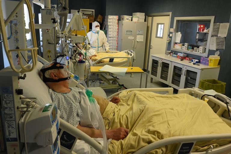 Homem que recebeu diagnóstico de Covid-19 internado no Centro do Departamento de Unidade de Terapia Intensiva (UTI) do Hospital San Filippo Neri, em Roma, na Itália
