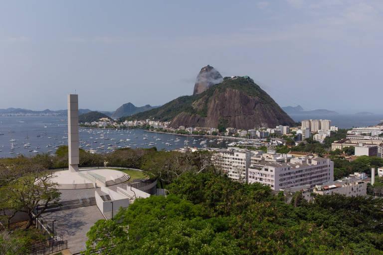 O novo obelisco que está sendo construído no Morro do Pasmado, no Rio