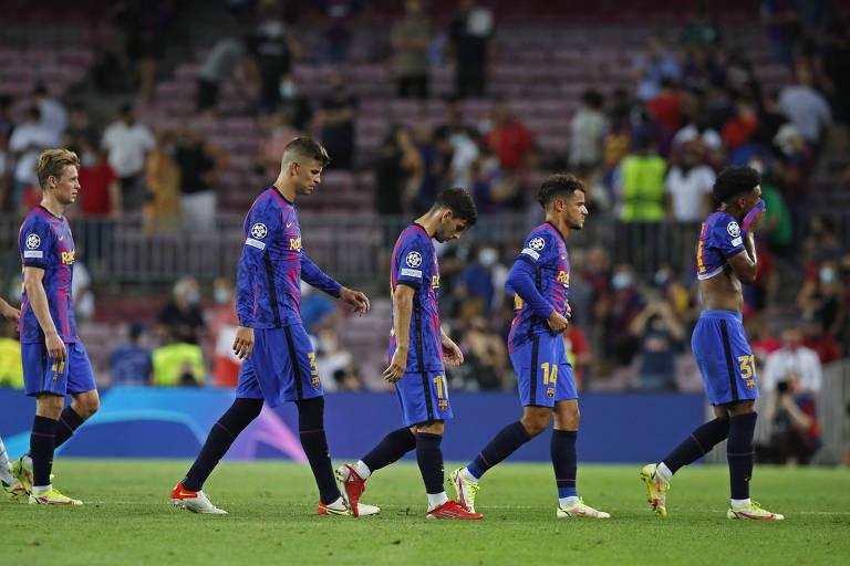 Jogadores do Barcelona deixam gramado após derrota para o Bayern de Munique