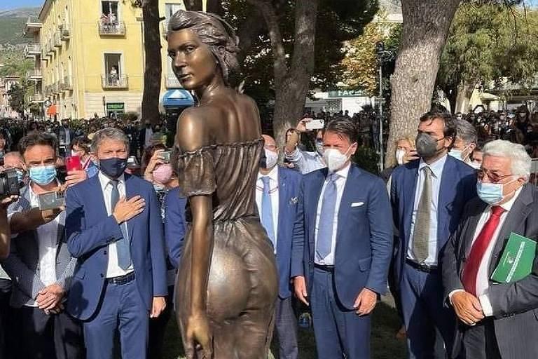 Cidade italiana recebe críticas por estátua 'sexy' de camponesa guerreira
