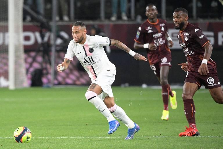 Neymar recua demais para levar a bola aos colegas