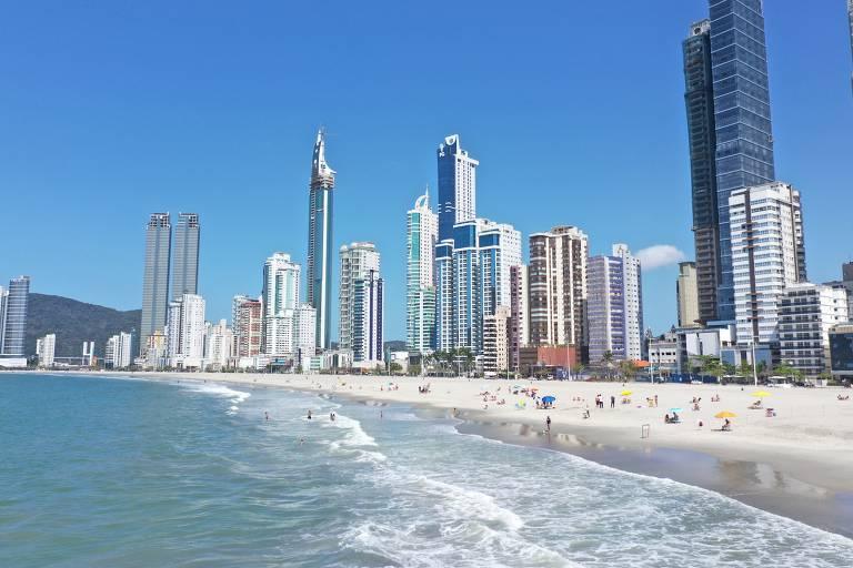 Balneário Camboriú (SC) libera ao público trecho de 2km de faixa de areia ampliada