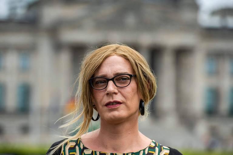 Tessa Ganserer, d'Os Verdes, em frente ao Parlamento alemão, em Berlim