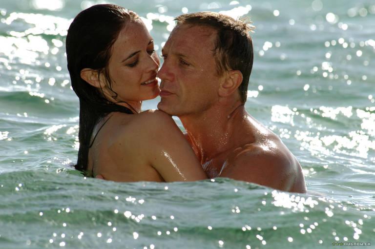 Os atores se beijam no mar