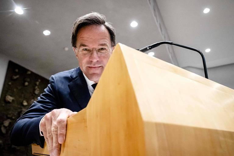 O primeiro-ministro holandês, Mark Rutte, observa durante uma suspensão no segundo dia das Reflexões Políticas Gerais