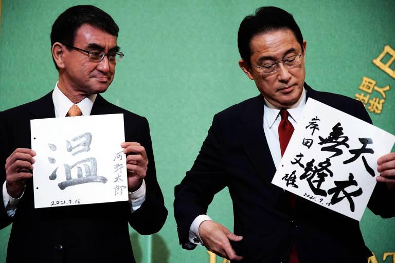 Os candidatos à liderança do LDP Taro Kono (esq.) e Fumio Kishida, favoritos para suceder o primeiro-ministro do Japão Yoshihide Suga