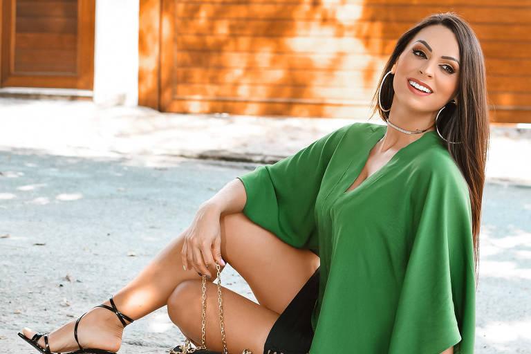 A modelo Simone Pizoni, 34, em ensaio perto de casarão no Anália Franco