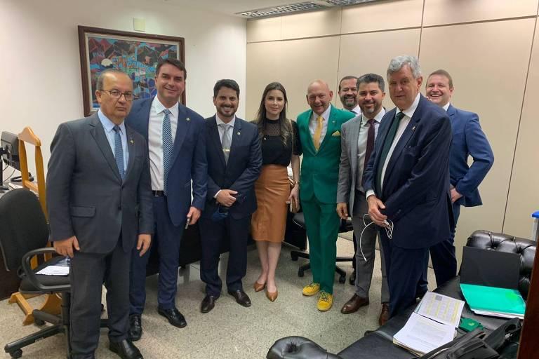 Flávio Bolsonaro e governistas se reúnem com Luciano Hang antes de depoimento em CPI