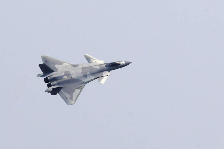 China apresenta novas armas e provoca os EUA durante show aéreo; veja fotos