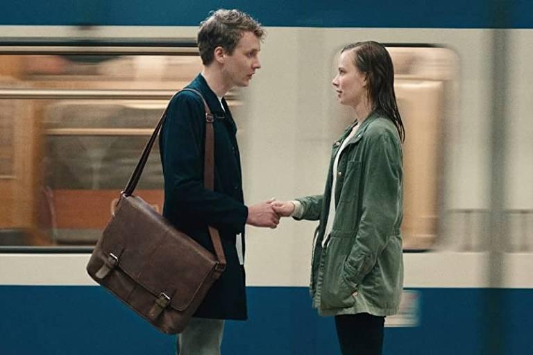 Na plataforma de trem, um casal se cumprimenta