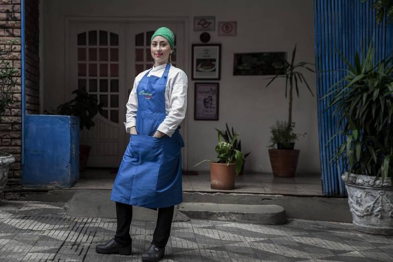 A chef Bianca Marino posa em frente ao Carlino, no centro de São Paulo