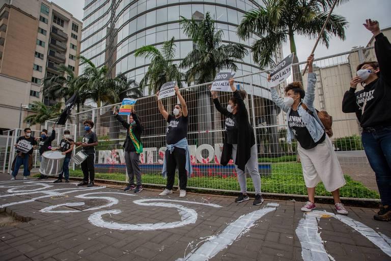 Manifestantes jogam tinta vermelha em fachada da Prevent Senior