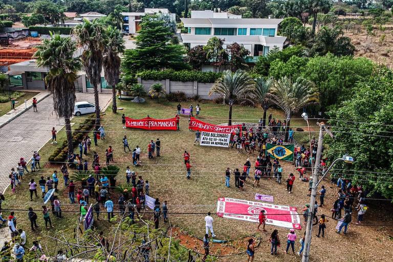 MTST protesta em frente à mansão de R$ 6 milhões comprada pelo senador Flávio Bolsonaro em Brasília