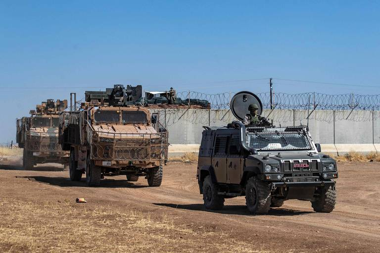 Veículo militar russo (cinza) lidera comboio com turcos na província síria de Hasakeh