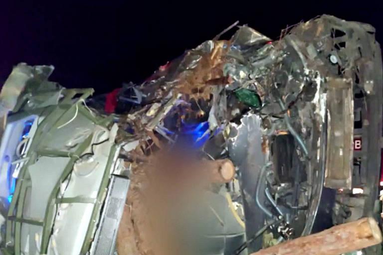Acidente envolvendo caminhão, ônibus e van deixa 12 mortos no sul da Bahia
