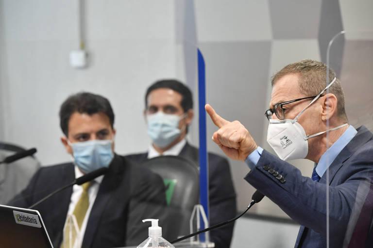 Durante sessão da CPI da Covid o senador Fabiano Contarato (Rede-ES) se defende de ataque homofóbico feito pelo empresário Otávio Fakhoury (esq.) em rede social