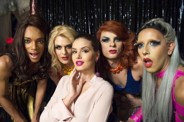 Com Luiza, vivida por Camila Queiroz, as drag queens Rubia, Rouge, Kika e Georgey incorporam a língua não binária em 'Pega Pega', da TV Globo