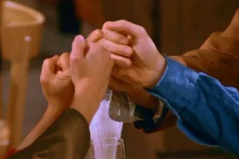 Quatro mãos se cumprimentando