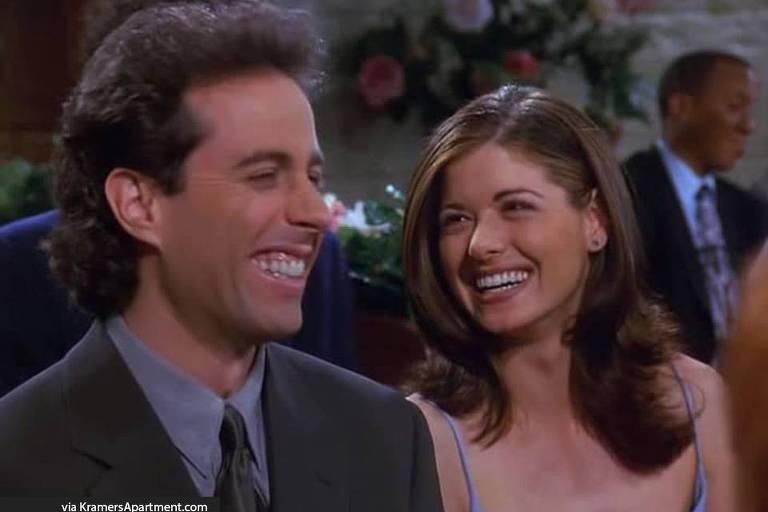 Um casal sorri
