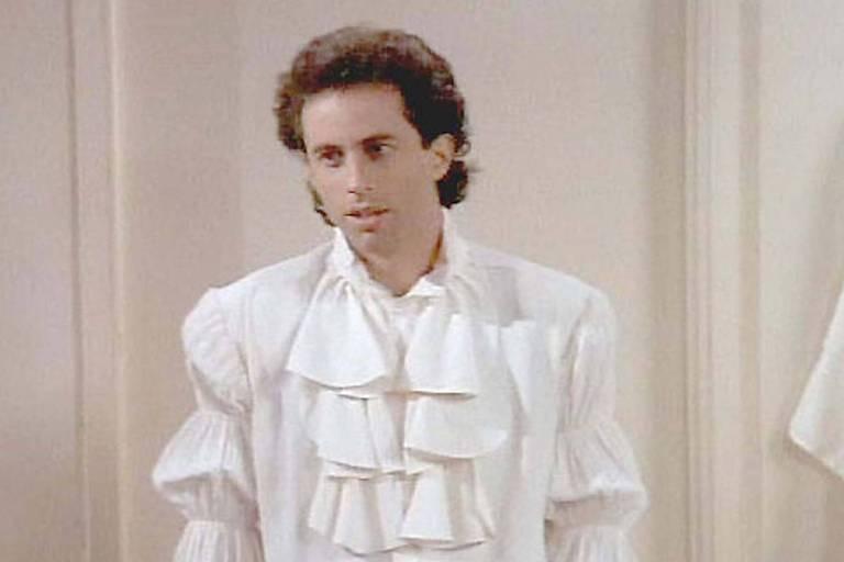 Homem em pé com camiseta branca esquisita