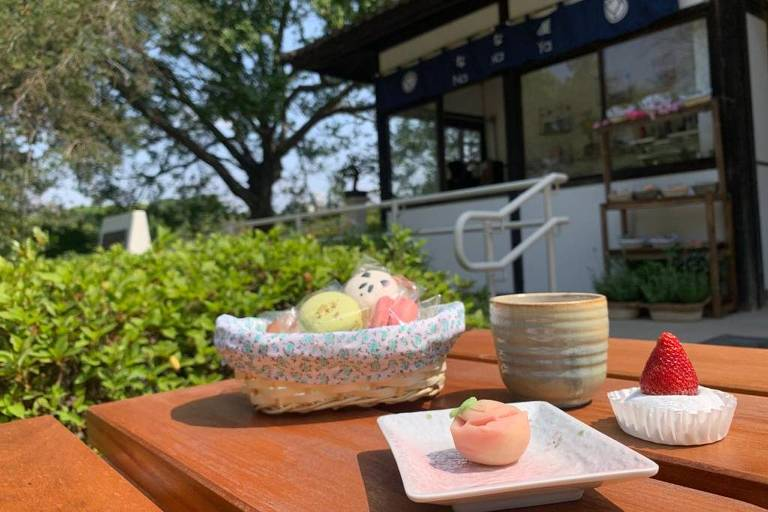 Mesa com doces japoneses