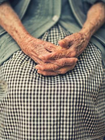 Mãos de pessoa idosa - Web Stories