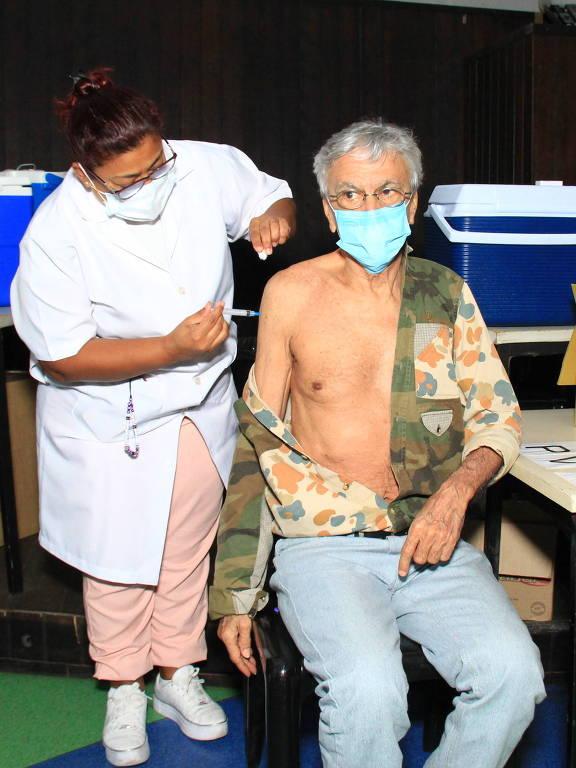 Famosos tomam a dose de reforço da vacina